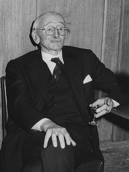 Datei:Friedrich August von Hayek, 27th January 1981, the 50th Anniversary of his first lecture at LSE, 1981 (4303825588).jpg