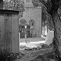 Gebouw met een religieuze afbeelding en een raam met een tekst, Bestanddeelnr 255-0435.jpg