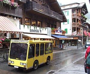 Gelbes Elektroauto in Zermatt