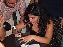 Giusy Ferreri mentre firma autografi nel 2008.