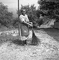 Gospodinja drži brezovo metlo, pri Žnidarju, Stenica 1963.jpg