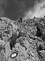 GrSasso Segnali Cai sul pendio ghiaioso del versante nord occidentale.jpg