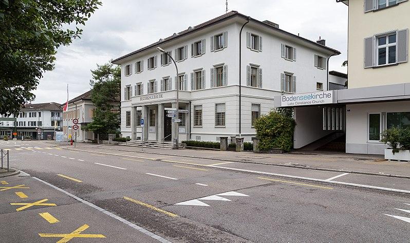 File:Hauptstrasse in Kreuzlingen mit dem Bezirksgebäude.jpg