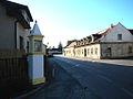 Hausleiten Straße mit Bildstock.jpg