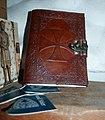In Leder gebundenes Buch des Ordens der Tempelritter.jpg