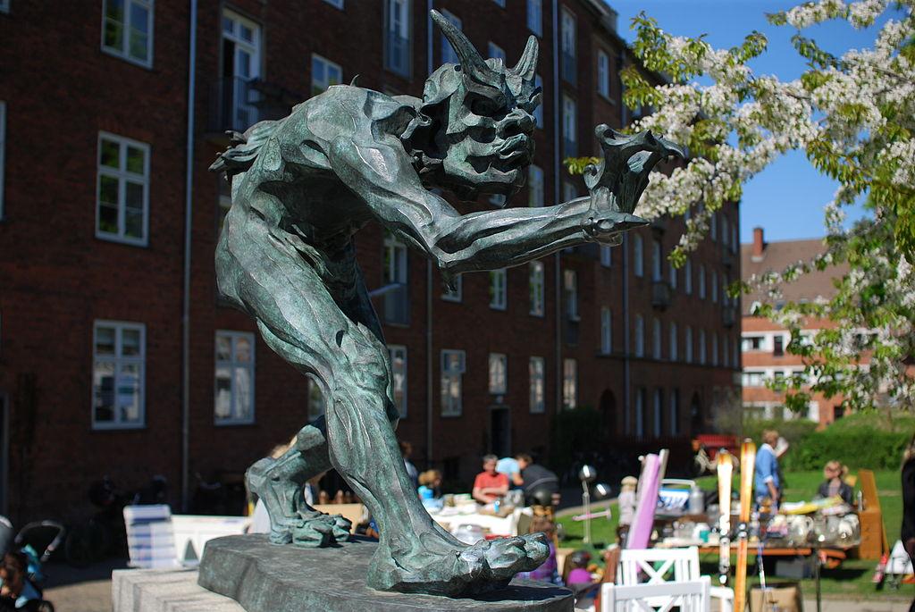 """Statue de troll """"sentant l'odeur de sang chrétien"""" par Niels Hansen Jacobsen davant l'église Jesuskirken à Copenhague."""