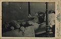 Johann Winkler - Fotografija deklice v odprti krsti okrašeni s cvetjem na mrtvaškem odru.jpg