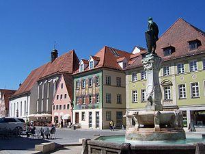 Das Kulturzentrum (links) vom Kaiser-Ludwig-Brunnen aus gesehen