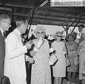 Koningin Juliana terwijl ze Surinaamse bacove proeft, Bestanddeelnr 918-3316.jpg