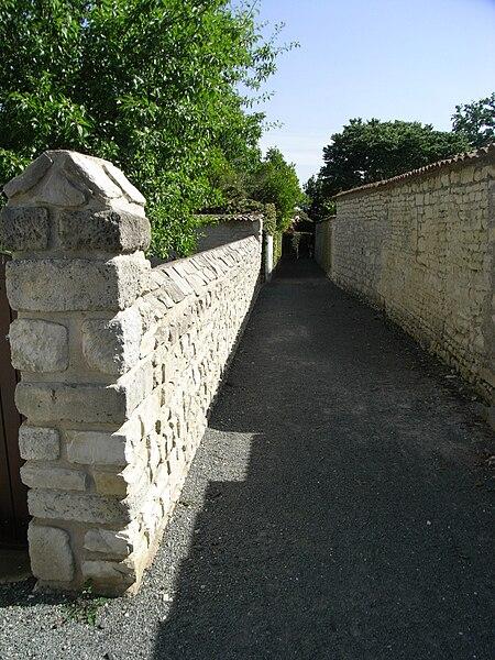 Ruelle de la Garenne à La Jarrie (17220) commune de Charente-Maritime en France.
