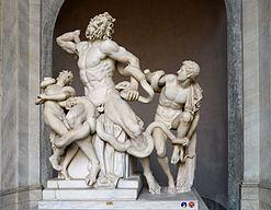 Laocoonte con i suoi figli, mentre vengono attaccati dai serpenti marini