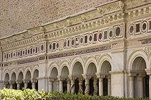 มหาวิหารเซ็นต์จอห์น แลเตอร์รัน แสดงให้เห็นระเบียงและซุ้มคอร์ทยาร์ด (courtyard) ที่ตกแต่งโดยตระกูลคอสมาติ  (Cosmati family)