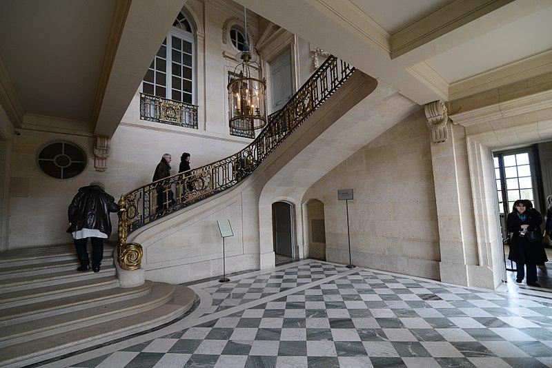L'Opéra de la Porte Saint-Martin 800px-Le_grand_escalier_-_Petit_Trianon_%2824276910376%29