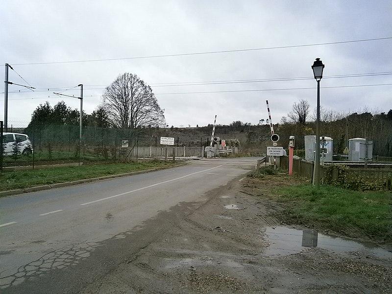 La ligne de Plaisir - Grignon à Épône - Mézières, au passage à niveau n° 2, à Saint-Germain-de-la-Grange (78).