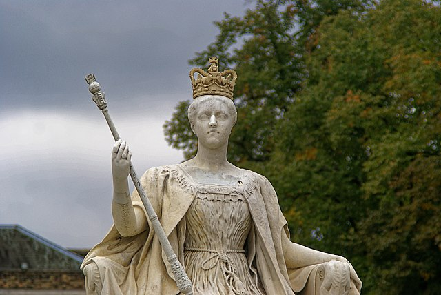 https://upload.wikimedia.org/wikipedia/commons/thumb/2/2f/London_-_Kensington_Gardens_-_The_Broad_Walk_-_View_WSW_on_Statue_of_Queen_Victoria_1893_by_her_daughter_Princess_Louise.jpg/640px-London_-_Kensington_Gardens_-_The_Broad_Walk_-_View_WSW_on_Statue_of_Queen_Victoria_1893_by_her_daughter_Princess_Louise.jpg