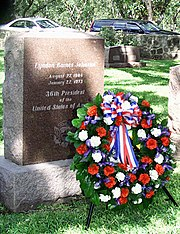 A memorial wreath at the grave of former U.S. President Lyndon Baines Johnson, August 27, 1999.