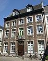 foto van Hoekhuis met brede lijstgevel.