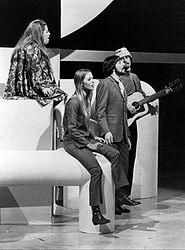 V.l.n.r.: Cass Elliot,  Michelle Phillips, Denny Doherty, John Phillips, 1967