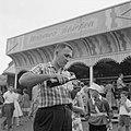 Man schenkt een glas wijn in voor de schiettent op het kermisterrein aan de Rumm, Bestanddeelnr 254-3907.jpg