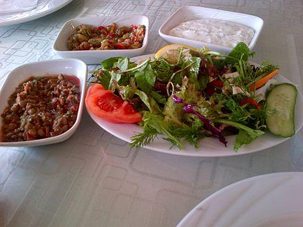 """Una insalata e alcuni piatti di meze dalla Turchia: Lenticchia verdi (freddo), insalata de melanzane e """"haydari""""."""