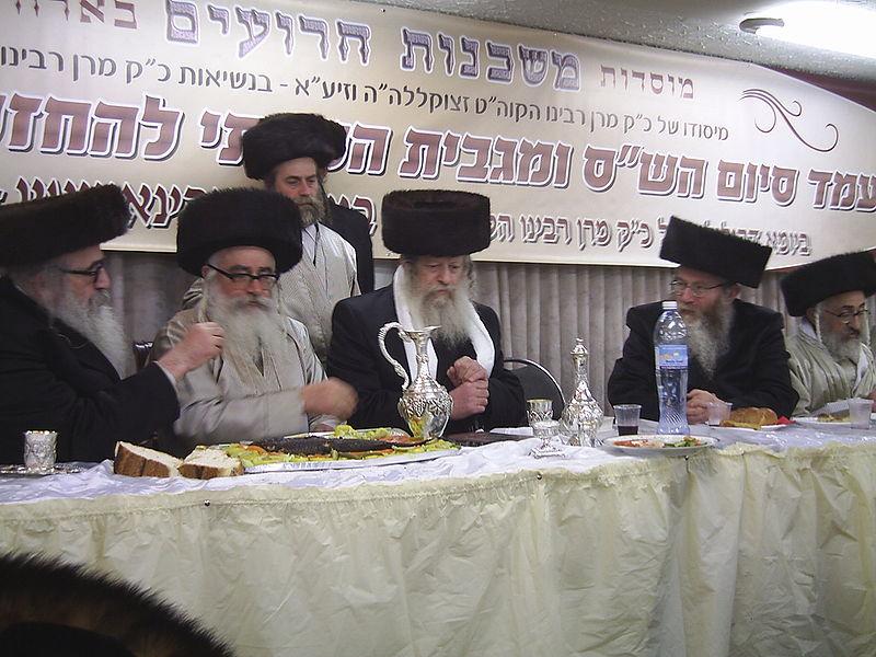 Rabbi Rabinowitz, Admor der Mishkenois HaRoim (links). In der Mitte Rabbi Avrohom Yitzchok Ulman der Edah HaChareidis.