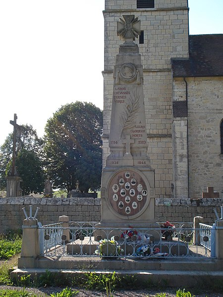 Monument aux morts de La Barèche (Doubs, France) commun aux communes de Durnes, Échevannes, Lavans-Vuillafans et Voires. Vue de face. Église Saint-Hippolyte en arrière-plan.
