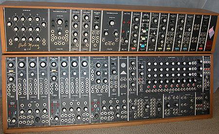 https://upload.wikimedia.org/wikipedia/commons/thumb/2/2f/Moog_Modular_55_img1.jpg/450px-Moog_Modular_55_img1.jpg