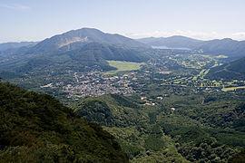 金時山山頂よりみた仙石原地区 左に箱根火山の中央火口丘である神山、その手前が台ヶ岳