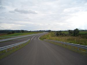 Kinzig Valley Railway (Hesse) - The newly built A66 at Neuhof; on the right is the Kinzig Valley Railway with renewed catenary masts.