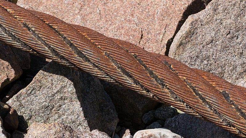 File:Old mooring steel wire rope.jpg