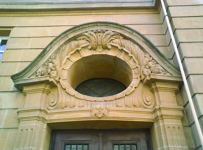 Détail du tympan, chapiteaux et pilastres autour d'une porte du lycée Georges-de-La-Tour de Metz prise rue Rabelais