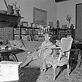 Paulette Goddard in gesprek, zittende op de sofa in de woonkamer van de villa in, Bestanddeelnr 254-4750.jpg