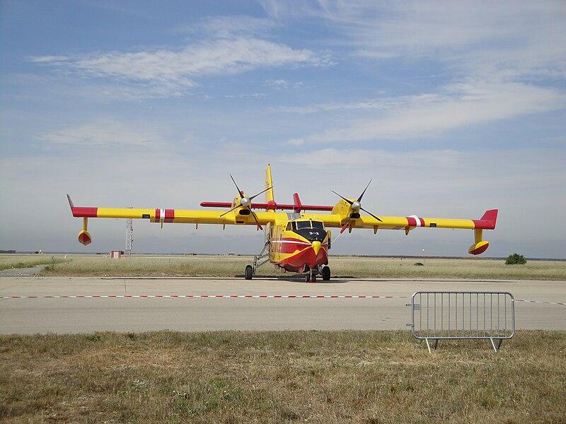 Canadair CL-415  800px-Pelican-32-s%C3%A9curit%C3%A9-civile