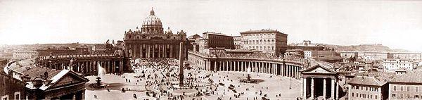 Photo panoramique de la place Saint-Pierre, avec en son centre l'obélisque, et la basilique en arrière plan
