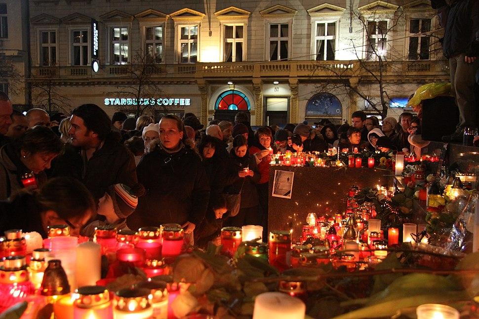 Pietní shromáždění na Václavském náměstí při příležitosti úmrtí Václava Havla v roce 2011 (22)