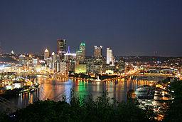 Pittsburghs silhuet om natten.