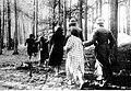 Policjanci niemieccy prowadzą Polaków na rozstrzelanie w Palmirach (21-206-2).jpg