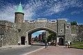 Porte Sainte-Jean et rue Saint-Jean depuis place d'Youville, Québec.jpg