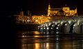 Puente sobre el Guadalquivir de noche con la Mezquita de Córdoba iluminada al fondo.jpg