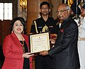 Ram Nath Kovind presenting the Nari Shakti Puruskar for the year 2017 to Dr. Bharti Kashyap, Ranchi, Jharkhand, at a function, on the occasion of the International Women's Day, at Rashtrapati Bhavan, in New Delhi.jpg