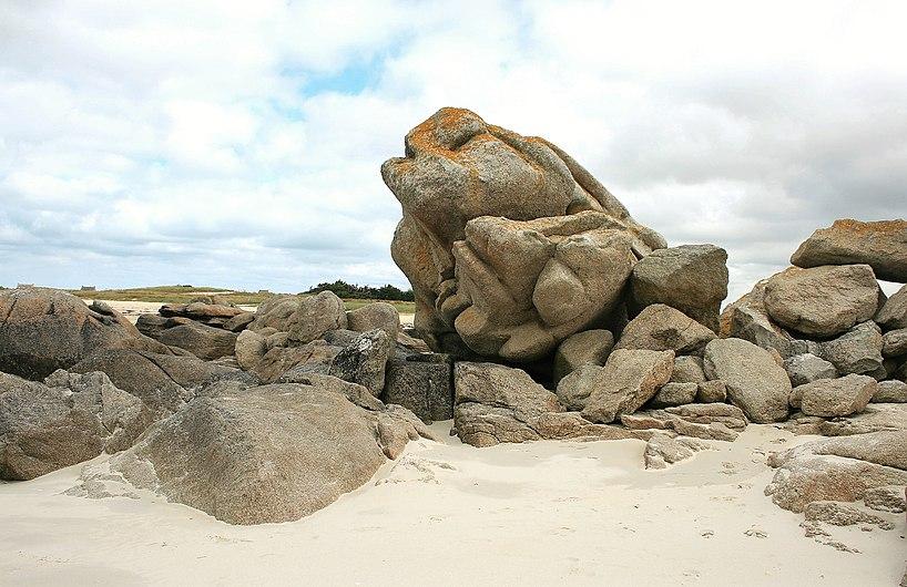 Rocher sur la plage de Kerlouan.jpg