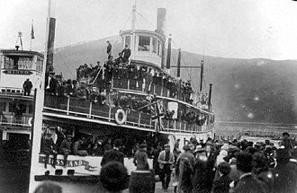 Minto (sternwheeler) - ''Rossland'' embarking troops, ca 1915, with Minto alongside.