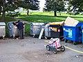 Sídliště Malešice, Tuchorazská, bezdomovec u popelnic.jpg