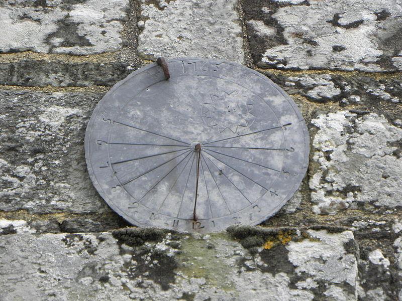 Église Saint-Aignan, commune de Saint-Aignan (56). Cadran solaire au pignon méridional du porche sud.