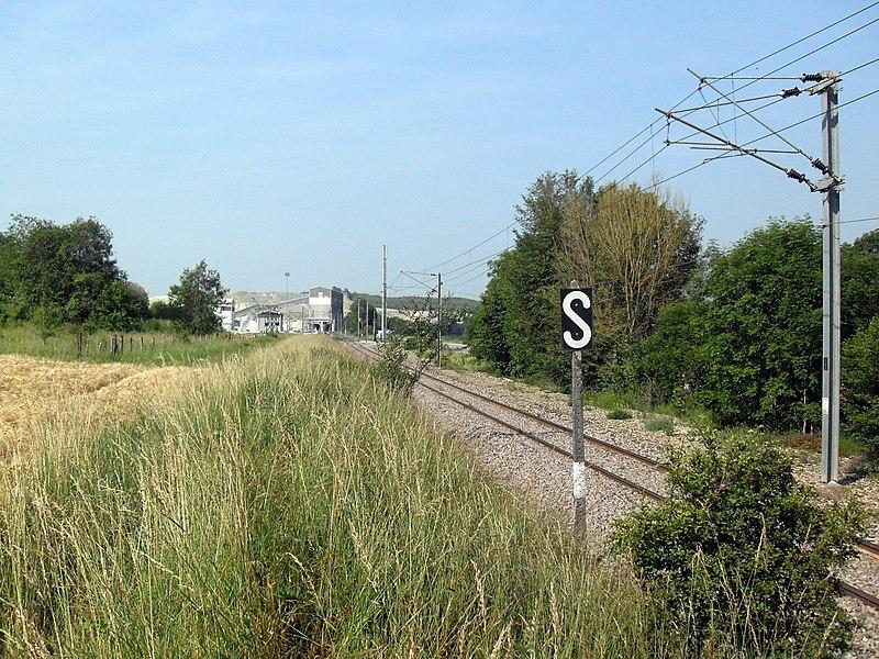 """France, Saint-Germain-sur-Meuse, Meuse (55) - la ligne de chemin de fer Neufchâteau - Pagny-sur-Meuse.  Le panneau représentant un """"S"""" blanc sur fond noir indique au mécanicien de siffler à proximité d'un passage à niveau non gardé."""