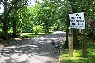 Sands Point, New York - Image: Sands Point Harbor Acres Rd no parking jeh