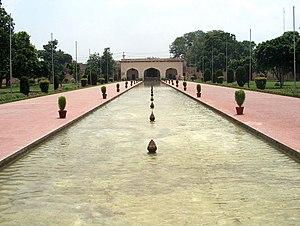 Shalamar Garden July 14 2005-South wall pavilion with fountains.jpg