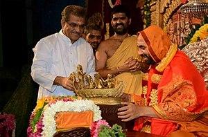Veerendra Heggade - Image: Shri Raghveshwara Bharathi Swamiji with Shri Veerendra Hegde in August 2013