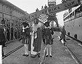 Sint Nicolaas en Zwarte Piet brengen een bezoek aan het emigrantenschip Groote B, Bestanddeelnr 906-8724.jpg
