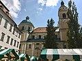 Slovénie, Ljubljana, Cathédrale Saint-Nicolas (Stolnica svetega Nikolaja) et Marché en plein air sur la Place Pogačarjev trg (46057647972).jpg